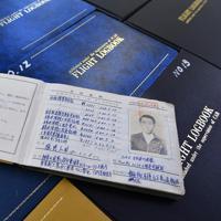 1964年の初飛行以来、これまでのフライトを記録したログブックは29冊にのぼる=大阪府八尾市の八尾空港で、猪飼健史撮影