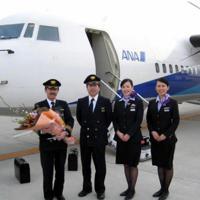 ラストフライトのクルーと記念撮影する植野さん(左端)=中部国際空港で2008年3月4日(植野廣園さん提供)