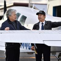 訓練機の機体を点検する植野廣園さん(右)=大阪府八尾市の八尾空港で、猪飼健史撮影