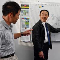 訓練生の座学で講義する植野廣園さん(右)=大阪府八尾市の八尾空港で、猪飼健史撮影