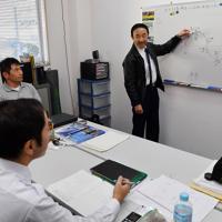 訓練生の座学で講義する植野廣園さん(右)=大阪府八尾市の八尾空港で、猪飼健史撮
