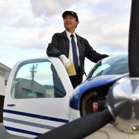 飛行時間3万時間を迎える植野廣園さん=大阪府八尾市の八尾空港で2、猪飼健史撮影