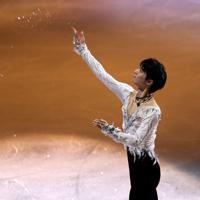 エキシビションのエンディングで氷を投げる羽生結弦=イタリア・トリノのパラベラ競技場で2019年12月8日、貝塚太一撮影