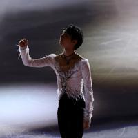 エキシビションのエンディングでリンクの上を見つめる羽生結弦=イタリア・トリノのパラベラ競技場で2019年12月8日、貝塚太一撮影