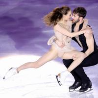 エキシビションで演技するフランスのカブリエラ・パパダギス、ギヨーム・シゼロン組=イタリア・トリノのパラベラ競技場で2019年12月8日、貝塚太一撮影