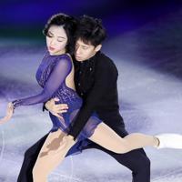 エキシビションで演技する中国の随文静、韓聰組=イタリア・トリノのパラベラ競技場で2019年12月8日、貝塚太一撮影