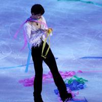 エキシビションのエンディングで落ちてきた黄色い紙吹雪を丸める羽生結弦=イタリア・トリノのパラベラ競技場で2019年12月8日、貝塚太一撮影