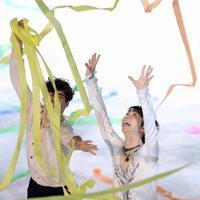 エキシビションのエンディングで降ってきた紙吹雪に飛びつく羽生結弦=イタリア・トリノのパラベラ競技場で2019年12月8日、貝塚太一撮影