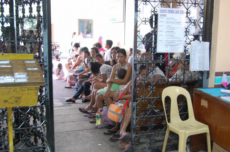 200人近いデング熱の患者が診察を待つ病院の待合室=マニラ市で2010年9月、矢野純一撮影