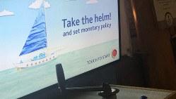 金融政策の難しさを船乗りになった気分で体感できるゲーム「かじを取れ!」=ロンドンで11月13日、横山三加子撮影