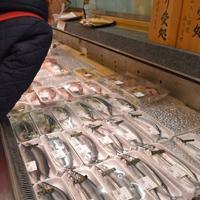 店頭に並ぶサンマ(手前)=盛岡市菜園の百貨店「川徳」で