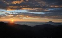 北岳からの夜明け。雲海の上に富士山が浮かぶ=北岳で