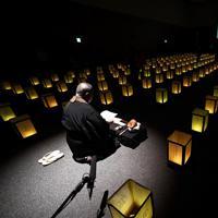 使われなかった年次有給休暇を供養するイベント「有給浄化」。会場に並べられた灯籠(とうろう)=大阪市中央区で2019年12月10日午後7時11分、山崎一輝撮影