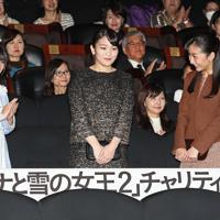 「アナと雪の女王2」のチャリティー上映会に臨まれる秋篠宮家の長女眞子さまと次女佳子さま。左は歌手の中元みずきさん=東京都港区のTOHOシネマズ六本木ヒルズで2019年12月10日午後7時、玉城達郎撮影