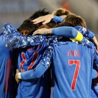 東アジアE-1選手権【中国-日本】前半、先制ゴールを決めて、チームメートと抱き合って喜ぶ日本の鈴木(左)=韓国・釜山で2019年12月10日、ロイター