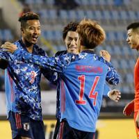 東アジアE-1選手権【中国-日本】前半、先制ゴールを決めて喜ぶ日本の鈴木(左)=韓国・釜山で2019年12月10日、ロイター