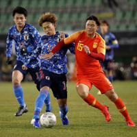東アジアE-1選手権【中国-日本】前半、ボールを競り合う日本・森島=韓国・釜山で2019年12月10日、ロイター