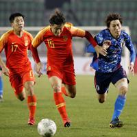 東アジアE-1選手権【中国-日本】前半、中国・明天と競りながらボールを追う日本・遠藤=韓国・釜山で2019年12月10日、ロイター