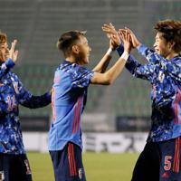 東アジアE-1選手権【中国-日本】後半、2点目のゴールを決め喜ぶ日本・三浦(右)=韓国・釜山で2019年12月10日、ロイター