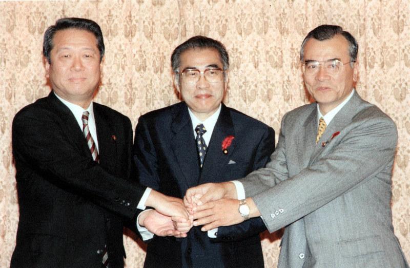 1999年、自民、自由、公明3党による連立政権発足のための政策合意後、握手する(左から)小沢一郎自由党党首、小渕恵三首相、神崎武法公明党代表=首相官邸で10月4日