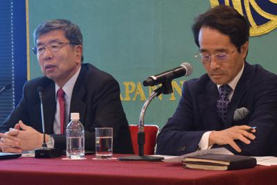 日本記者クラブで記者会見する中尾武彦ADB総裁(左)=東京都千代田区で2019年11月28日、清水憲司撮影