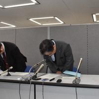 記者会見で謝罪する県中小企業振興公社の今橋裕麿専務理事(中央)ら=水戸市笠原町で