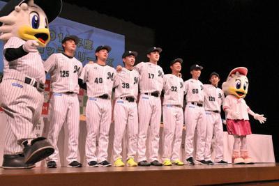 ファンからエールを送られる新入団選手ら=千葉市美浜区のホテルスプリングス幕張で