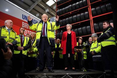 選挙戦で演説するジョンソン首相=イングランド北東部サンダーランドで9日、ロイター