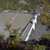 今では観光スポットの小河内ダム。周辺の山の登山基地でもある=東京都奥多摩町の2019年11月15日午前9時44分、去石信一撮影