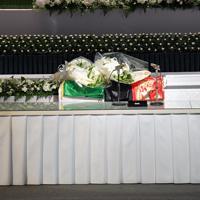 報道陣に公開された中村哲さんの葬儀の祭壇。棺にはアフガニスタンの国旗がかけられていた=福岡市中央区で2019年12月11日午前11時9分、森園道子撮影