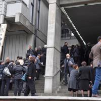 中村哲さんの葬儀会場前で並ぶ大勢の参列者たち=福岡市中央区で2019年12月11日午前11時56分、森園道子撮影