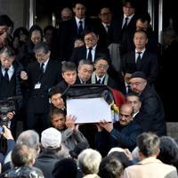 たくさんの人に見守られながら運ばれる中村哲さんのひつぎ=福岡市中央区で2019年12月11日午後3時20分、田鍋公也撮影