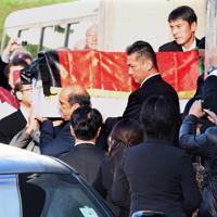 葬儀会場から車に運ばれる中村哲さんのひつぎ=福岡市中央区で2019年12月11日午後3時20分、須賀川理撮影