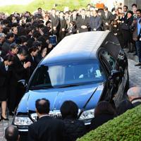 出棺される中村哲さんのひつぎを見送る参列者=福岡市中央区で2019年12月11日午後3時22分、須賀川理撮影