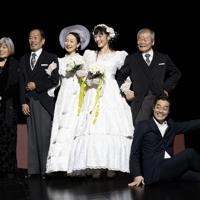 劇団「燐光群」の「憲法くん」の一シーン。親と共に記念撮影をする同性カップル=姫田蘭さん撮影