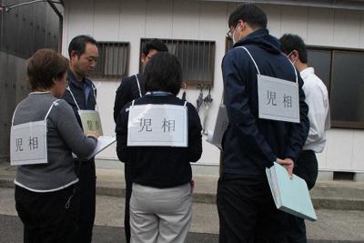 児童虐待への対応で合同訓練する児童相談所と警察の職員ら=和歌山市内で2019年11月11日(和歌山県警提供)