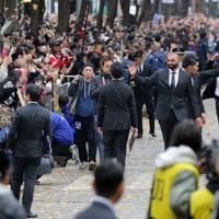 沿道の歓声に応えるラグビーW杯日本代表の選手ら=東京都千代田区で2019年12月11日午後0時39分、喜屋武真之介撮影