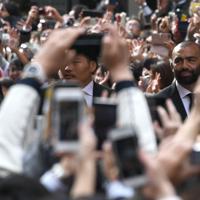 大勢の人の声援を受けてパレードするラグビー日本代表のリーチ・マイケル選手(右)ら=東京都千代田区丸の内で2019年12月11日午後0時24分、丸山博撮影