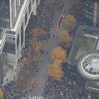 パレードするラグビー日本代表と沿道に集まった大勢のファン=東京都千代田区で2019年12月11日午後0時32分、本社ヘリから