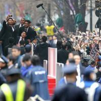 パレード中に壇上で記念撮影するラグビーW杯日本代表の選手たち=東京都千代田区で2019年12月11日午後0時27分、喜屋武真之介撮影