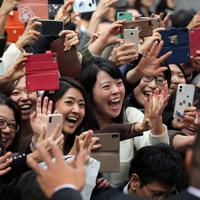 ラグビーW杯日本代表の選手たちを間近に見て歓声を上げる沿道の人たち=東京都千代田区で2019年12月11日午後0時57分、喜屋武真之介撮影