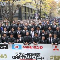 パレードを終え、記念撮影するラグビーW杯日本代表の選手たち=東京都千代田区で2019年12月11日午後0時57分、喜屋武真之介撮影