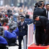パレードに詰めかけた大勢のファンに向かい一礼するラグビーW杯日本代表の田中(右手前)=東京都千代田区で2019年12月11日午後0時44分、喜屋武真之介撮影