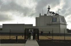 米ハワイ州カウアイ島にあるイージス・アショアの試験施設。建物右上部の壁にレーダーの平板アンテナが取り付けられ、上部に管制や通信用のアンテナがある=2018年1月10日、秋山信一撮影