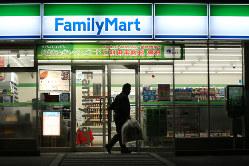 ファミマは大手3社で唯一、直営店拡大に意欲的(Bloomberg)