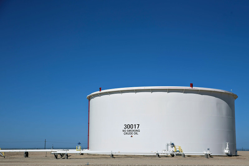 米シェールオイルの最大鉱区パーミアン盆地にある原油貯蔵タンク。米テキサス州(Bloomberg)