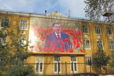 ホジェンドの街頭に掲げられたラフモン大統領の肖像。ポピーの中でほほ笑む構図がわざとらしい……(写真は筆者撮影)