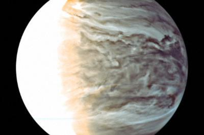 探査機「あかつき」が赤外線カメラで撮影した金星。表面の黒っぽい場所ほど雲が厚い=JAXA提供