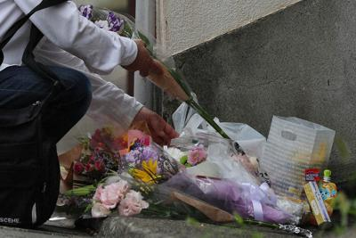 船戸結愛ちゃんが虐待されていたアパートには、多くの花束が手向けられていた=東京都目黒区で2018年6月8日、玉城達郎撮影