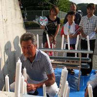 万燈祭に参加した、俳優の梅宮辰夫さん(左)=北九州市若松区有毛で2008年8月15日、長谷川容子撮影
